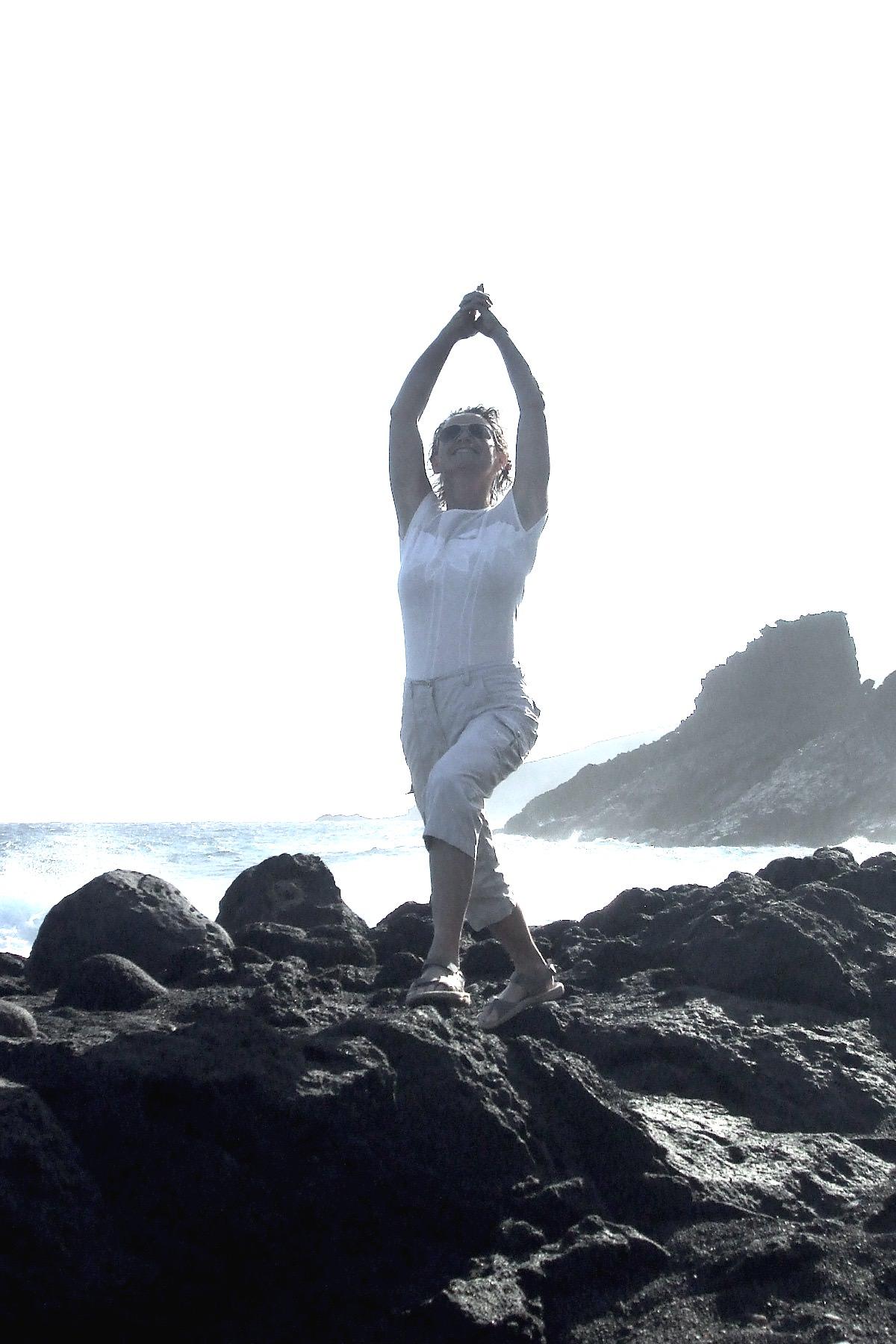 Irene macht Yoga auf einem Felsen