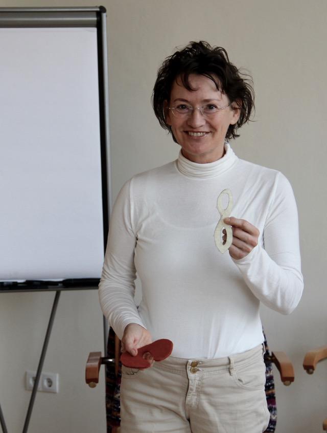 Irene Lang-Reeves vor der Lehrtafel bei einer der Beckenboden Fortbildungen