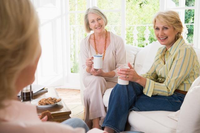 Drei Frauen beim Teetrinken