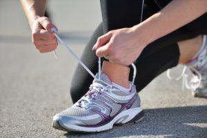 Mit einem speziellen Faszientraining für den Beckenboden können viele Frauen wieder die Laufschuhe schnüren