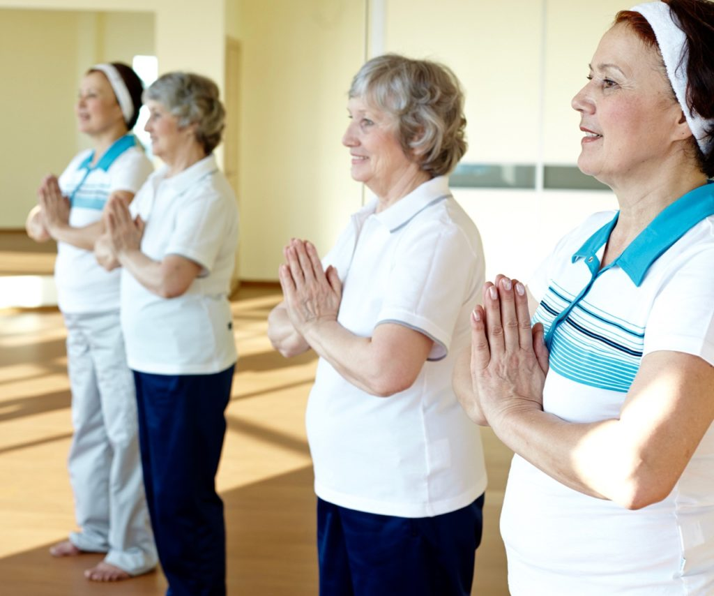Zwei ältere Damen beim Yoga