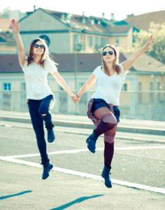 Hüpfende Mädels