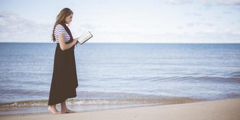 Wissenswertes über unsere Körperbasis – lesende Frau