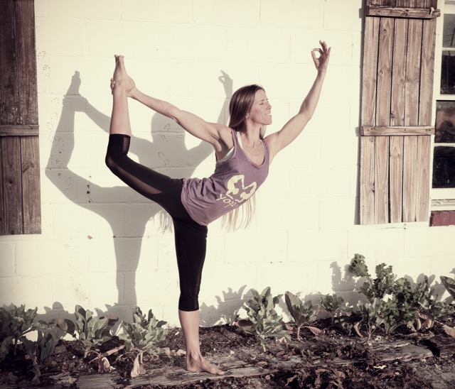 Yoga im Garten, ein Beispiel für aktiven Beckenboden im Sport
