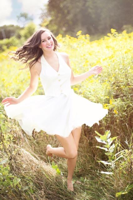 Junge Frau im weißen Kleid mit Belastungsinkontinenz?