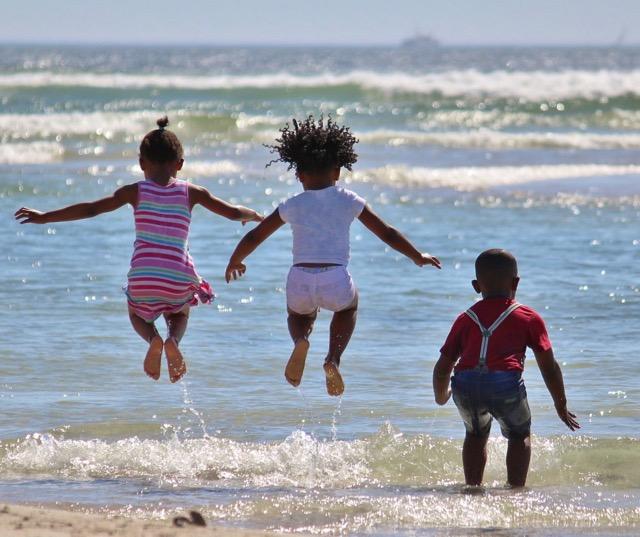 Hüpfende Kinder