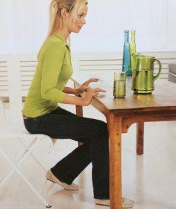 Alltagsübung für den Beckenboden – am Tisch