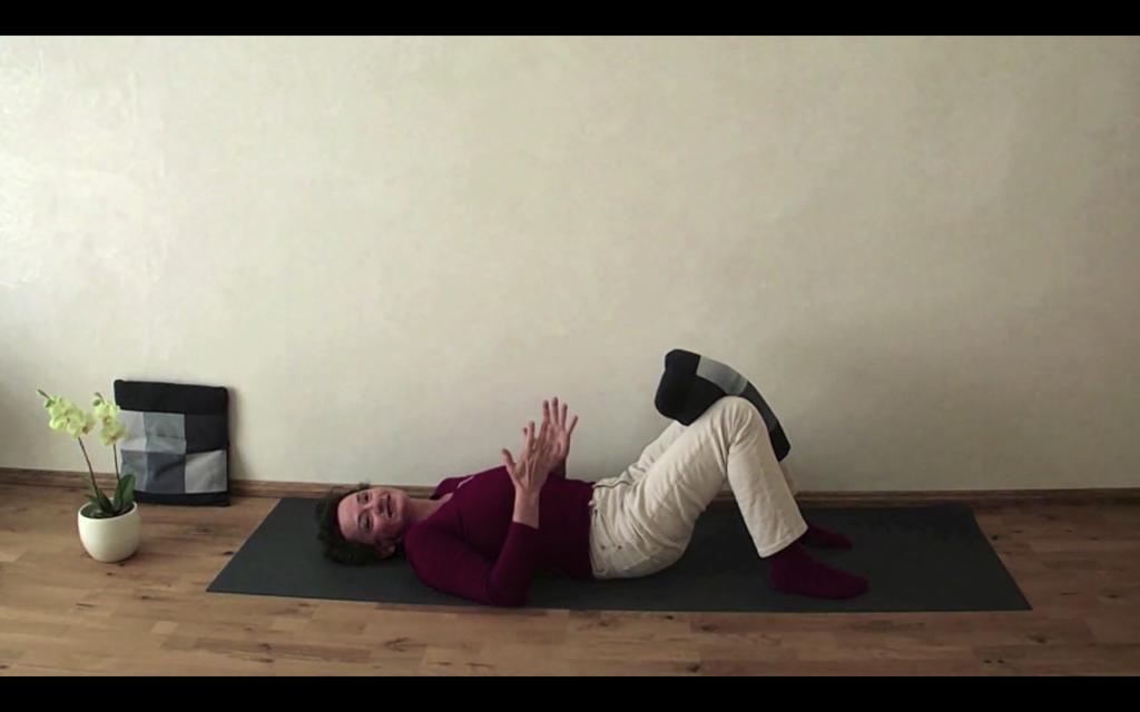 Beckenboden in Bewegung - im Liegen mit Kissen