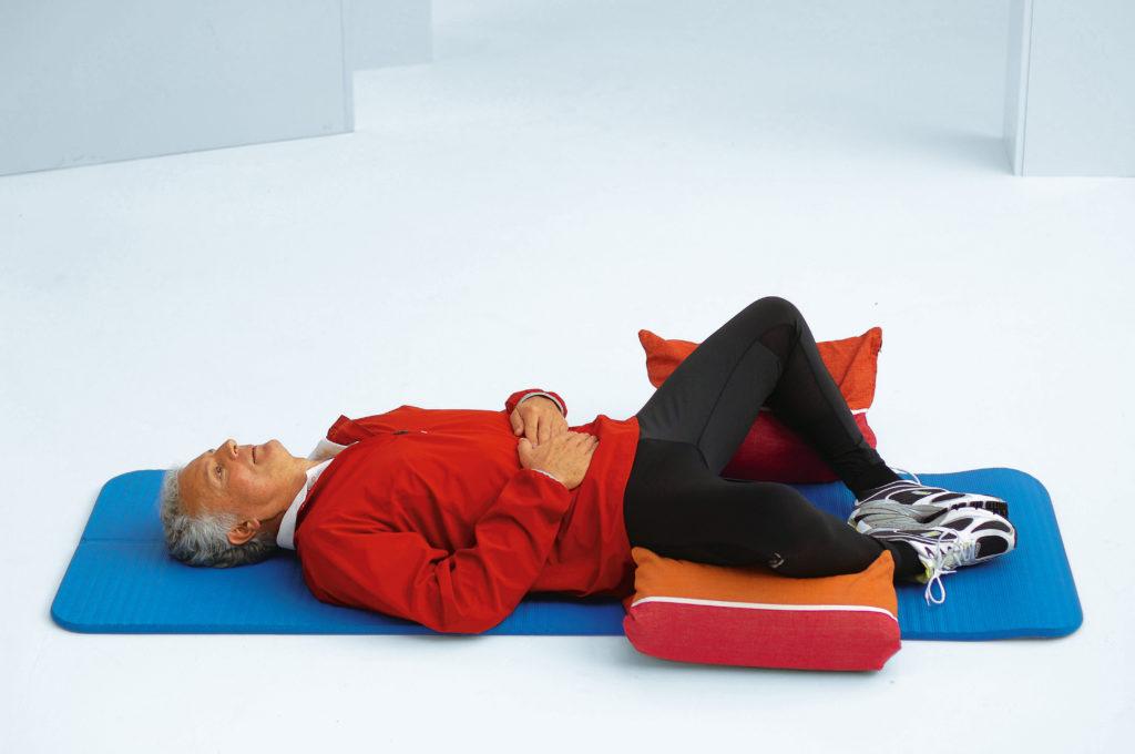 Übung im Liegen, um den Beckenboden des Mannes zu stärken und zu entspannen