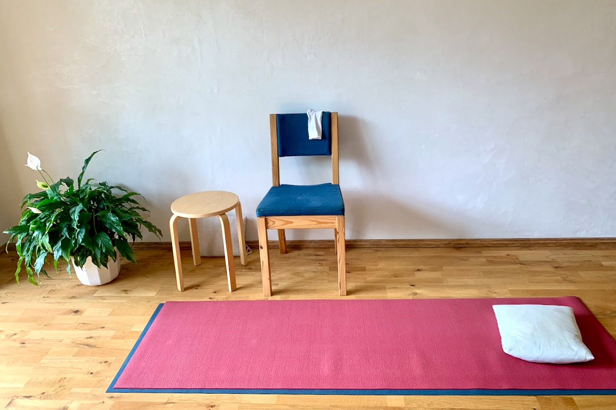 Stuhl und Matte für die Übungsstunde